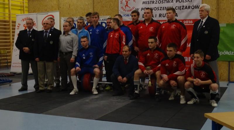 Pamiatkowe_zdjecie_zawodnikow_trenerow_i_sedziow