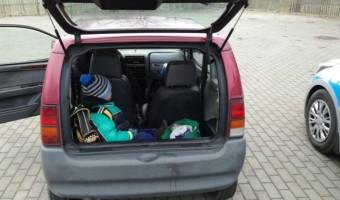 Konin – Kobieta bez prawa jazdy wiozła dziecko w bagażniku i to przez dwa powiaty!