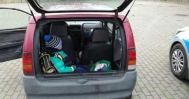 dziecko w bagażniku