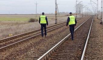 Policjanci siłą ściągnęli z kolejowych torów biegnącą wprost pod nadjeżdżający pociąg 17-latkę, która chciała popełnić samobójstwo!