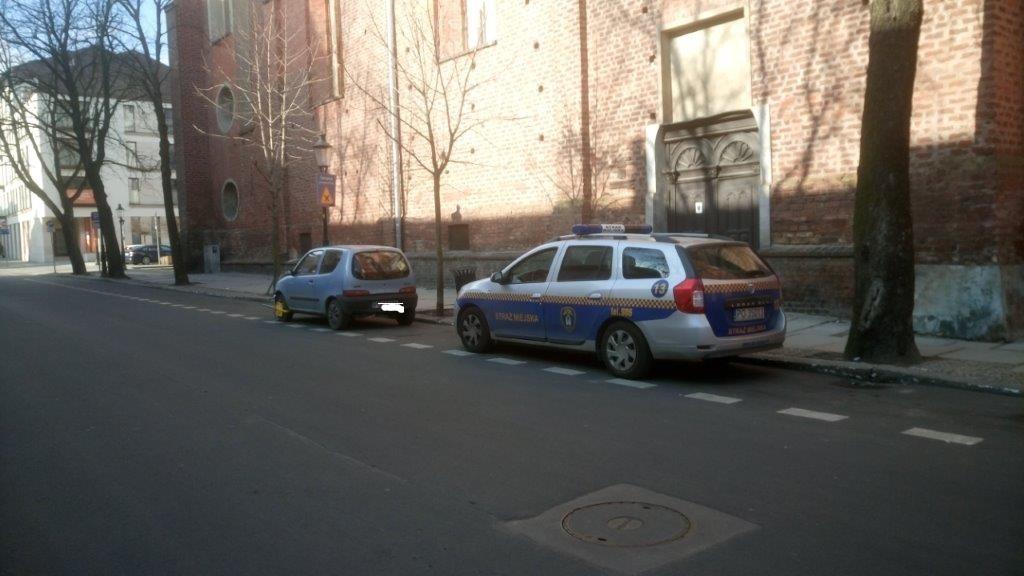 ul-dominikanska-samochod-zaparkowany-w-miejscu-przeznaczonym-dla-autobusow-wycieczkowych,pic1,1002,115619,190285,show2