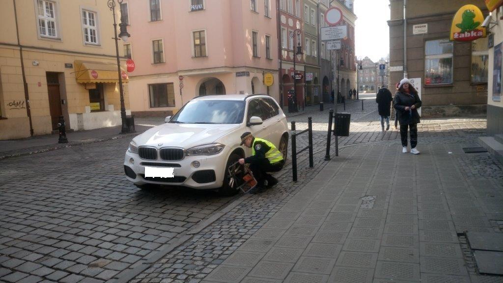 ul-wielka-samochod-zaparkowany-na-drodze-objetej-strefa-zamieszkania-w-miejcu-nie-przeznaczonym-na-parking,pic1,1002,115619,190284,show2